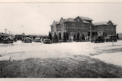 Beverly Shores Hotel with Cars, People